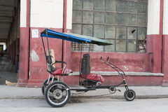 人力车tuk tuk懒惰在哈瓦那古巴 免版税库存照片