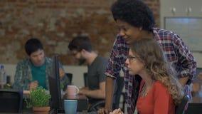 人办公室非裔美国人的妇女经理帮助的同事 股票录像