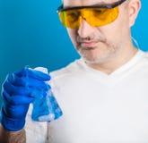 人化学家审查试管 免版税库存图片