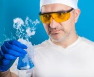 人化学家审查试管 库存照片