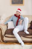 年轻人华丽与圣诞节装饰和红色帽子 免版税库存图片