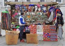 黑人卖纪念品和狂欢节面具 免版税库存照片