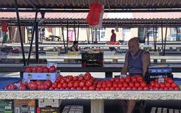 人卖蕃茄在街市上在诺维萨德 免版税库存图片