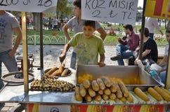 年轻人卖食物 免版税库存照片