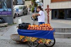 年轻人卖食物 免版税图库摄影