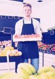 人卖主移动的箱子柿子 免版税图库摄影