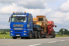 人卡车拖拉两个联合收割机 免版税库存图片