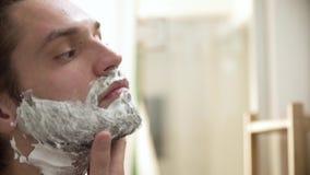 人卫生学 申请的男性刮在胡子特写镜头的泡沫 股票视频