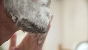 人卫生学 申请的男性刮在胡子特写镜头的泡沫 影视素材