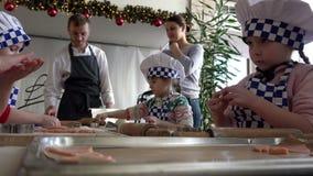 年轻人厨师以蓝色白色颜色的特殊格式学会烹调与成人父母,圣彼德堡的不同的甜点 股票录像