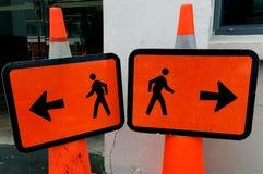 人去步行的标志相反方式 库存图片