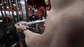 人参与在健身房的体型 股票录像