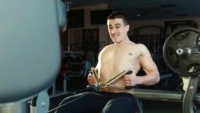 人参与在锻炼机器的一间健身房 股票视频