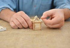 人参与有比赛的手工工作胶浆房子 手工制造 弄脏的背景 自由地方 刺绣用品 业余爱好 免版税库存照片