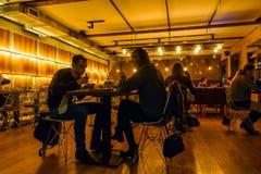 人参观晚上时间的葡萄酒餐馆 图库摄影