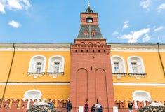 人参观的军械库在莫斯科耸立,其中一个克里姆林宫墙壁塔 库存照片