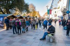 人参观的圣诞节在加的夫市销售和商店 免版税图库摄影