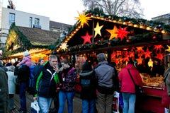 人参观的圣诞节市场在卡尔斯鲁厄 免版税库存照片