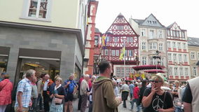 人参观的酒节在摩泽尔河的Bernkastel 给音乐会的音乐带在市场 股票录像