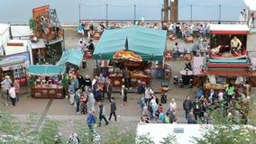 人参观的镇节日在Tangermuende德国命名Burgfest 在易北河散步的弗累斯大转轮  股票录像