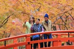 人参观秋天庭院在京都 免版税库存照片