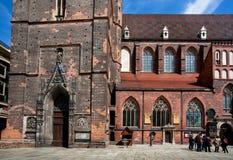 人参观14世纪砖哥特式教会 免版税库存图片