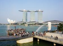 人参观Merlion公园在新加坡 免版税库存照片