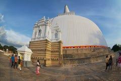 人参观Ruwanwelisaya stupa在阿努拉德普勒,斯里兰卡 库存图片