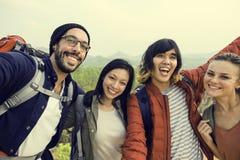人友谊住处旅行的目的地野营的概念 库存图片