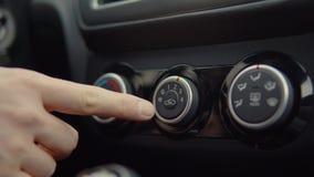 人发动有按钮的汽车 股票视频
