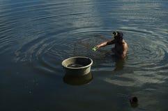 人发射的鱼设陷井在湖水的圈套 免版税库存图片