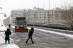 人发怒街道, NYC卫生卡车犁在增殖比的雪 库存照片