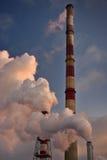 人口热化的工业烟囱在冬天期间 免版税库存图片