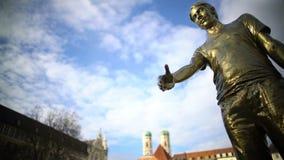 人古铜色雕象用被伸出的手站立在公园的,当代艺术 影视素材