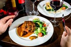 人吃晚餐在餐馆 在sau的开胃牛肉面颊 免版税库存照片