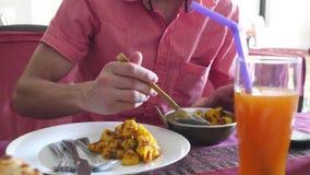 人吃鸡在印度咖啡馆的咖喱土豆 3840x2160 股票录像