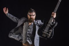 人吉他弹奏者人举行电吉他 有吉他的有胡子的人 摇滚乐音乐会的人 播放音乐不是仪器 免版税库存图片