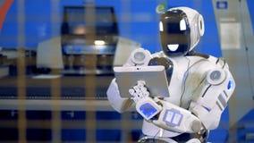人同样的机器人控制有片剂计算机的机械化的设备 股票录像