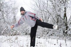 人向体育运动求助在冬天户外 免版税库存照片