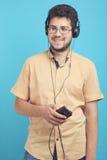 人听到在耳机的音乐 库存照片