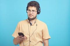 人听到在耳机的音乐 免版税库存图片