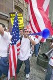 人吹有参加移民和墨西哥人的行军的数十万个移民的垫铁抗议反对Ille 库存照片