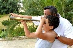 人和一个男孩有小望远镜的 免版税图库摄影