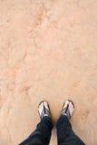 人和土壤纹理的腿 免版税库存照片