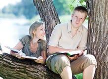 年轻对人在一个夏天从事园艺 免版税库存照片