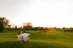 人和女孩休息在公园 免版税库存照片
