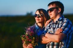 人和女孩佩带的太阳镜在街道上的晚上 免版税库存照片
