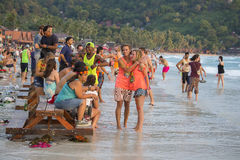 人和女孩参加在海岛酸值Phangan的满月党 泰国 库存照片