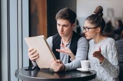 人和女孩在一次会议上在咖啡馆 免版税库存照片