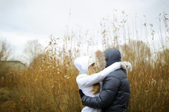 人和女孩在秋天公园走 库存图片